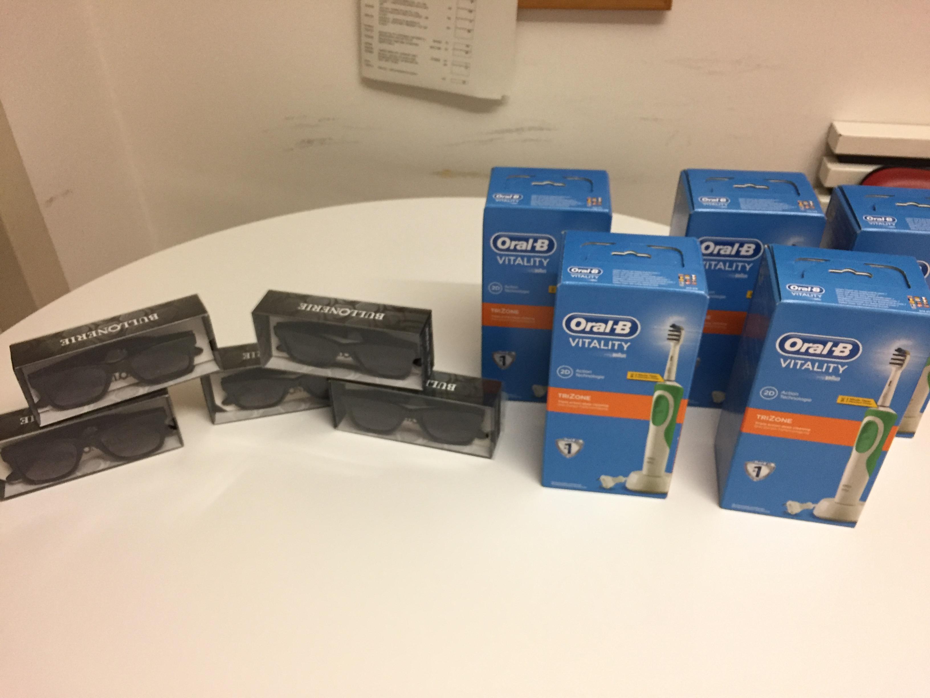 FOTO occhiali e spazzolini elettrici